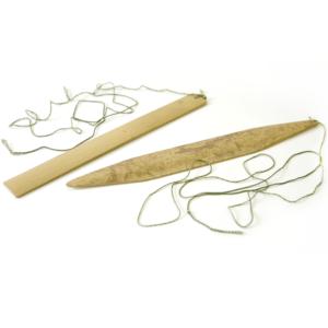 """竹片にひもをつけ、ぐるぐる振り回して音を出す。 その音はまさしく音の原点""""振動""""というべきもので、古代から世界中で、宗教的・呪術的な音具として使われてきた。(真竹)"""