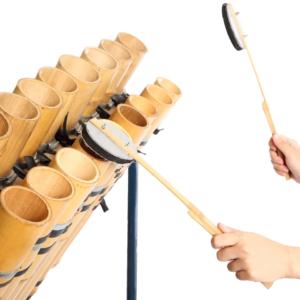 それぞれの音程に合わせて竹を切った鍵盤打楽器。底の節を残した「閉管タイプ」と全ての節を抜いた「開管タイプ」があり、竹の柄にスポンジを貼ったバチで開口部分を叩く。(真竹)