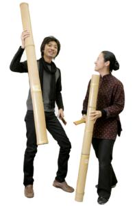 その名の通り閉管タイプの竹を地面に打ち付けて演奏する。 音とともに、演奏のときに上下する竹の動きも見どころのひとつ。(真竹)