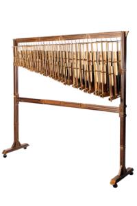 インドネシアの民族楽器。一音一音調律されており音階でセットになっている。そのユニークな形と、振って音を出したときのカラカラという乾いた響きが印象的。(現地の楽器を使用)