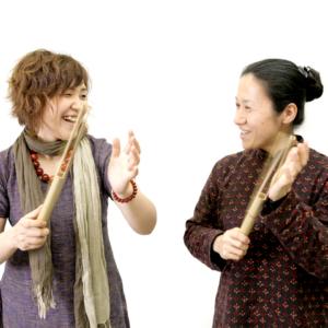 """フィリピン・カリンガ族の民族楽器。 手に軽く打ち付けると楽器に入れられた""""割れ""""によって、ビーンビーンというユニークな音を出す。(女竹)"""