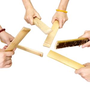 割って切った一組の竹のへらを打ち付けて音を出す。 シンプルながらもさまざまな音色が楽しめ、竹べらのみのリズムアンサンブルは圧巻。(孟宗竹)