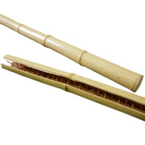 竹筒に螺旋状に竹串を打ち込み、なかに小豆やコーンを入れた擬音楽器。傾ければ、中身がゆっくりと落ち、波の音を醸し出す。(真竹)